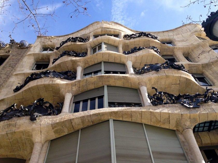 """Außenfassade von """"La Pedrera""""."""