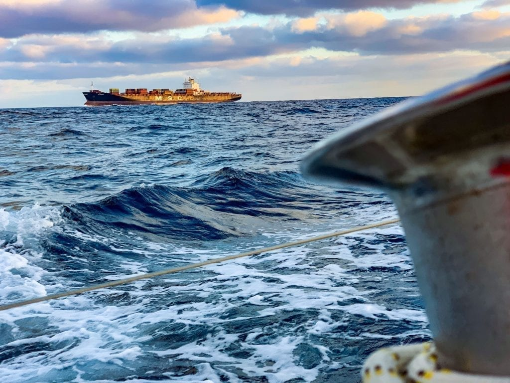 Containerschiff kreuzt unseren Weg