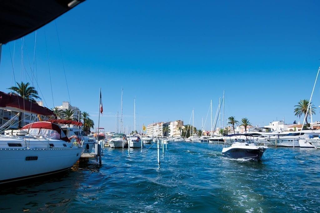 Hafenausfahrt Empuriabrava an der Costa Brava.