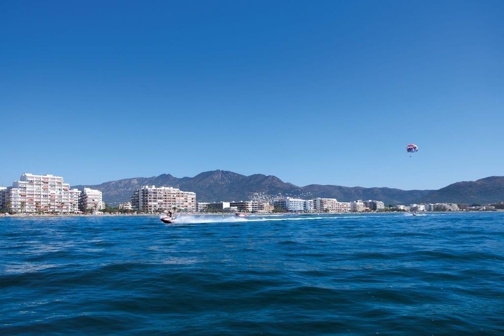 Parachute et bateau sur la mer de la Costa Brava