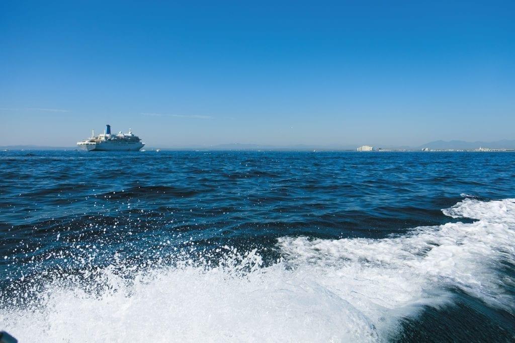 Gros bateau, des vacances parfaits, mais une brillance environnemental de catastrophe