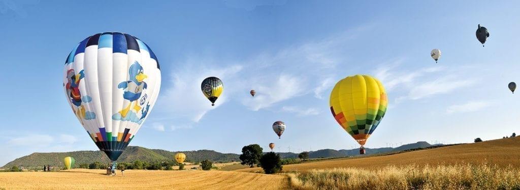 vue panoramique sur les champs du european balloon festival - igualada