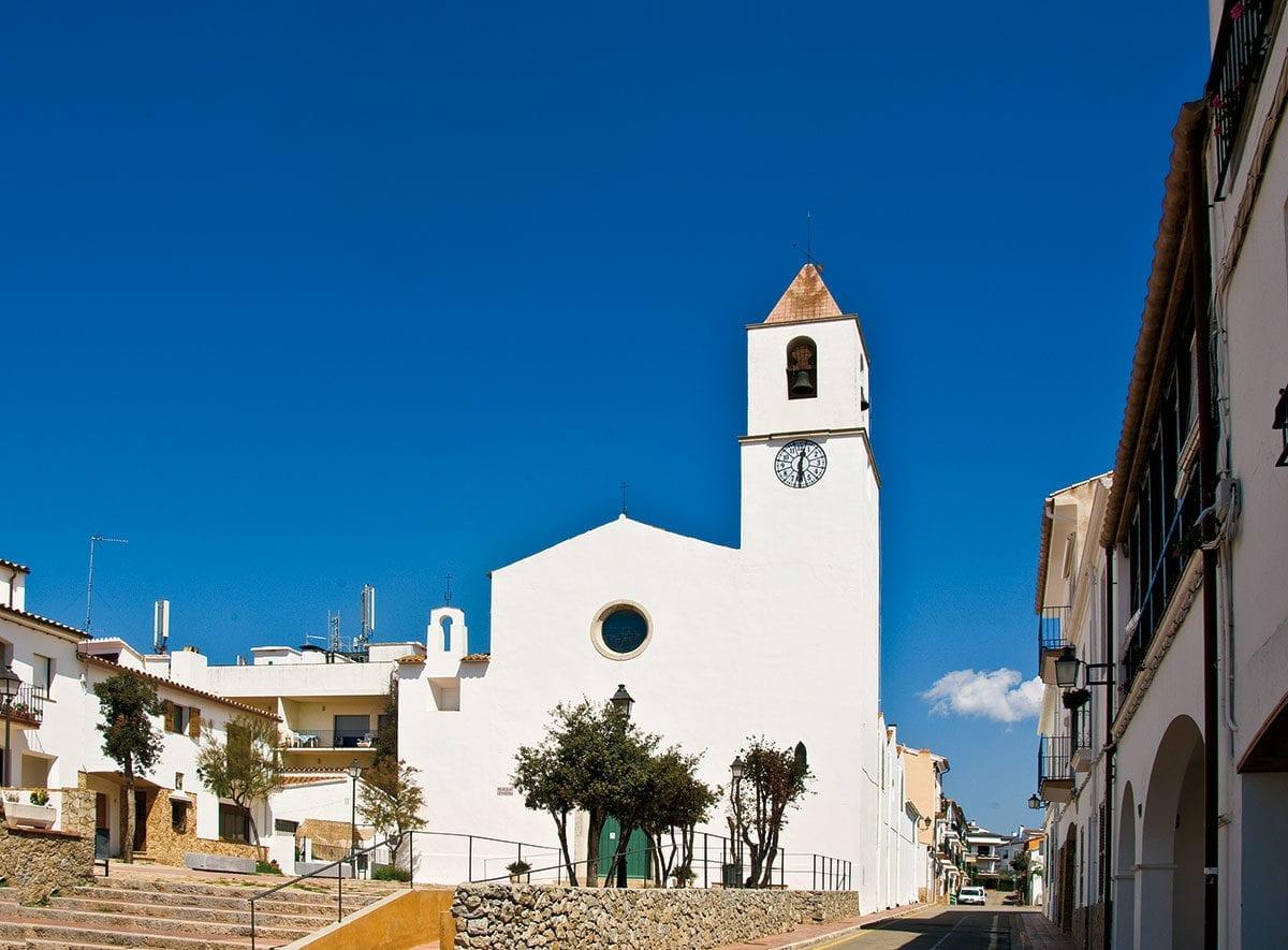 Die weiße Kirche am Meer in Calella de Palafrugell