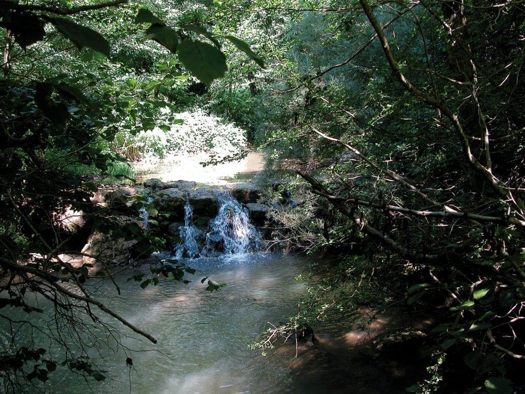 Kleiner Wasserfall in den Bergen