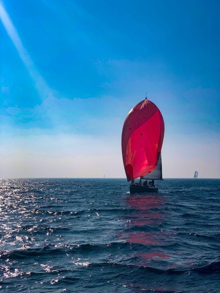 rotes Spinnaker - Segelboot segeln