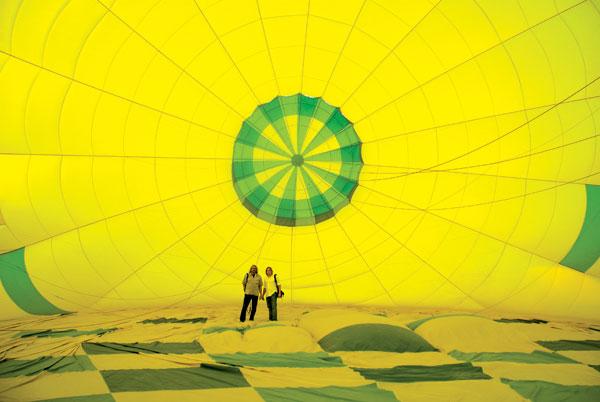 Zu Beginn wird der Ballon mit Luft von Ventilatoren befüllt