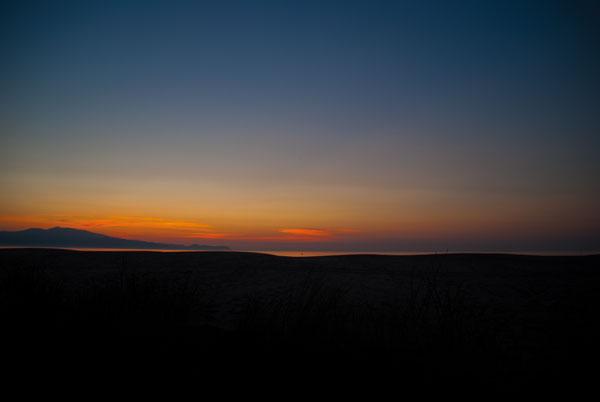 Beim Sonnenuntergang wird das Licht der Sonne in seine Spektralfarben zerlegt