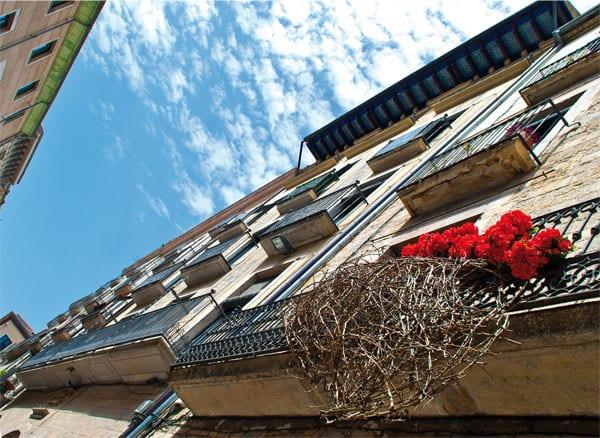 Diese Blumenausstellung macht die verschiedenen Sehenswürdigkeiten, Innenhöfe und Winkel der Stadt zu einzigartigen Schmuckgärten
