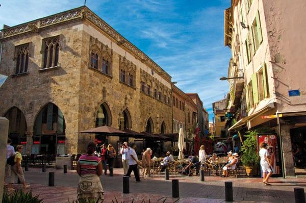 Stadtzentrum mit Cafés, Kaufhäuser, etc.