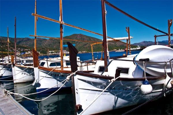 Fischerboote und blaues Meer
