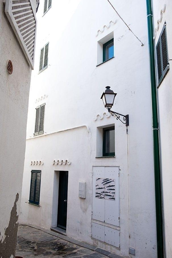 Romantische Gasse in Cadaqués, Costa Brava