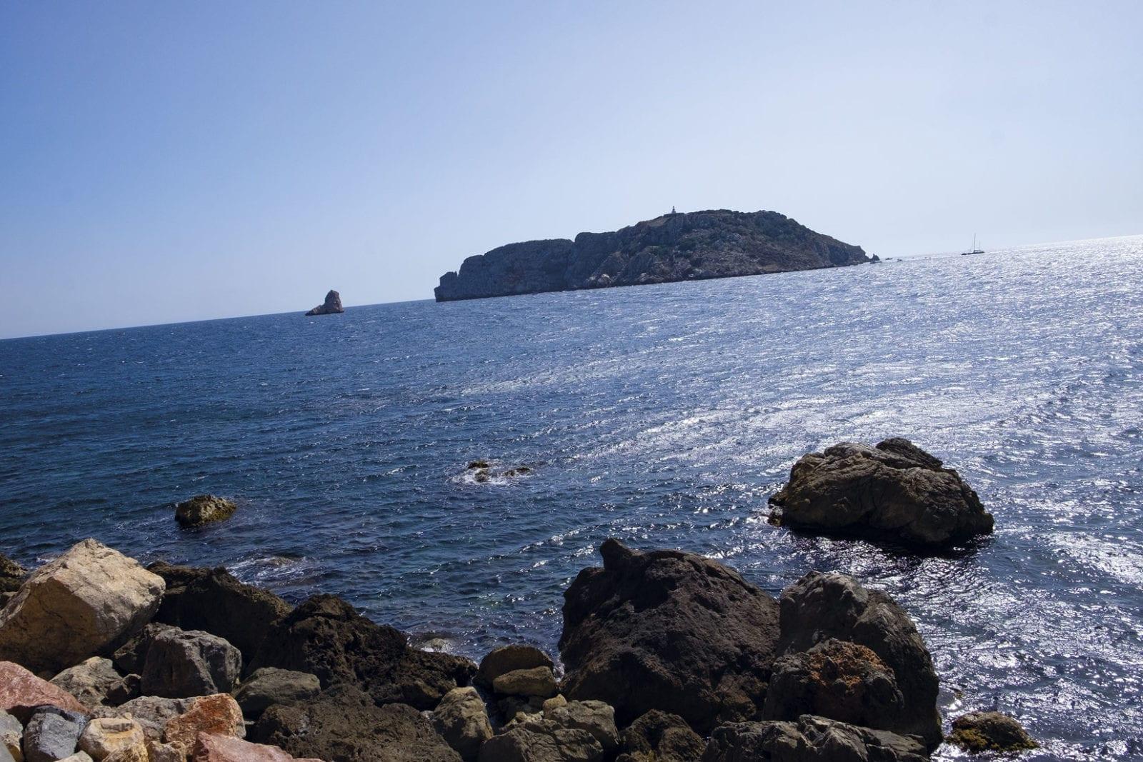 Der Blick von dem  neuen passeo maritimo in l'Estratit auf die Medas Inseln