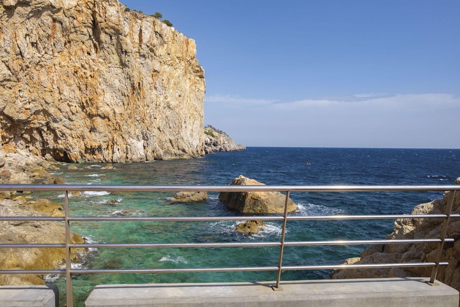 l'Estratit - Die neue Strandpromenade führt bis an die Klippen