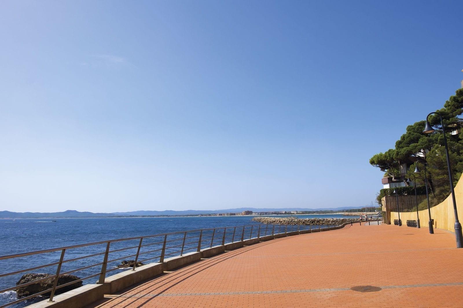 Die neue Strandpromenade in l'Estratit