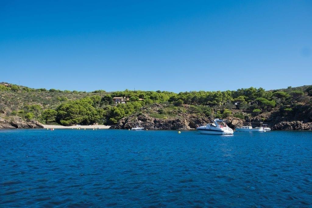Grüne Landschaft, blaues Meer und feiner Sand. Buchtenhopping an der Costa Brava.