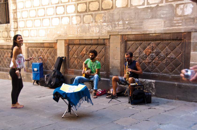 Strassenmusiker spielen im Raval.