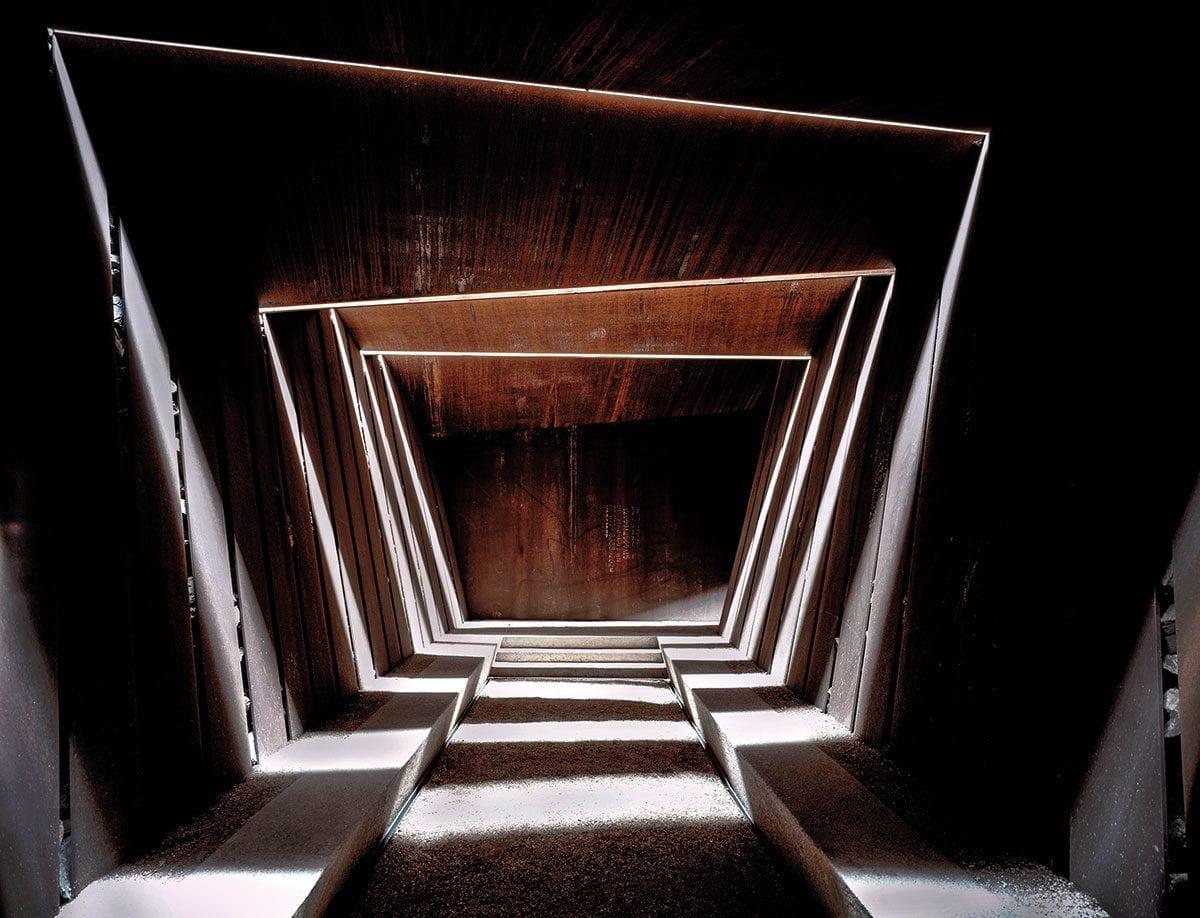 Licht- und Schattenspiele faszinieren bei der Architektur des Weinguts.