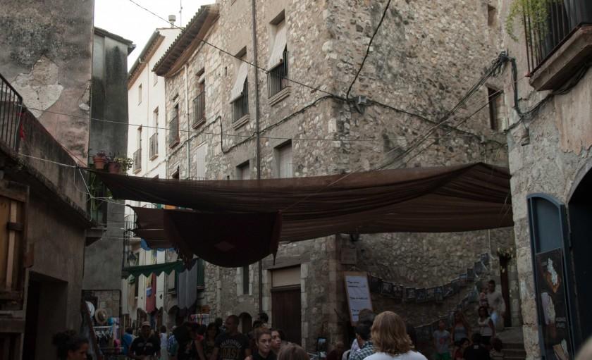 Besalú-Steinfassaden-Medieval-Mittelalterfest-Läden
