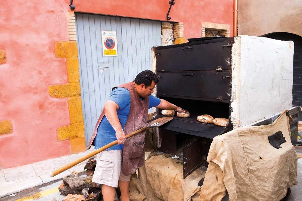 Bäcker vor Holzofen