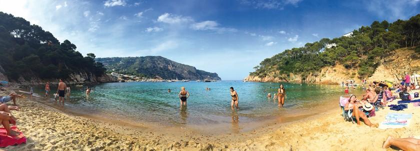 Bucht mit feinem Sand und klarem Wasser