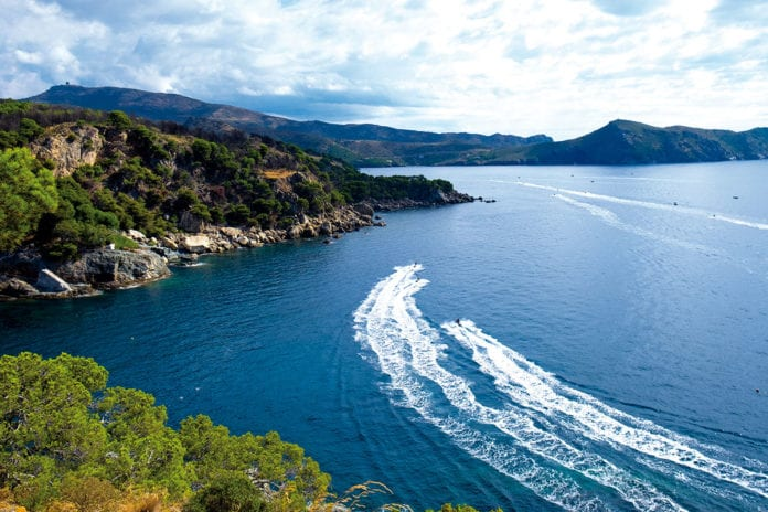 Blick entlang der Küste von Punta Falconera bis Cala Joncols