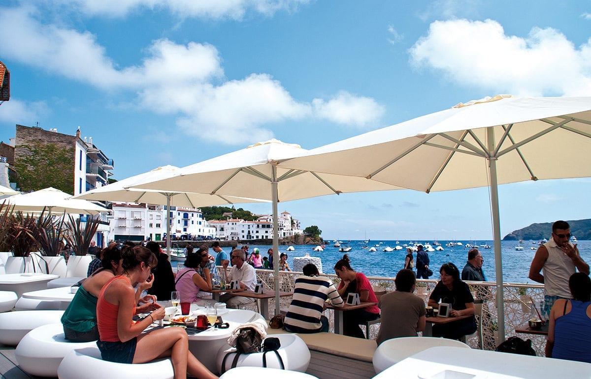 gemütliche Bar direkt am Meer