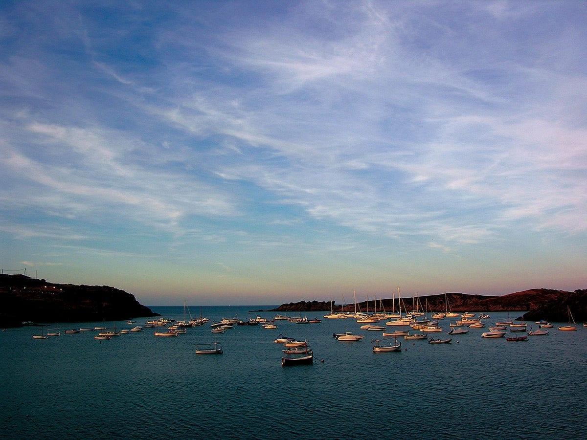 Die Bucht von Port Lligat am Abend