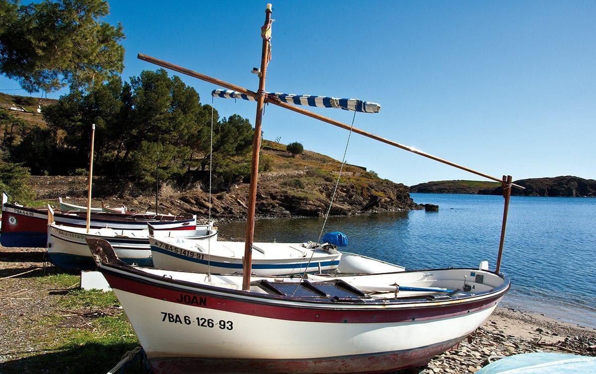 gestrandete Fischerboote in der Nähe von Cadaqués