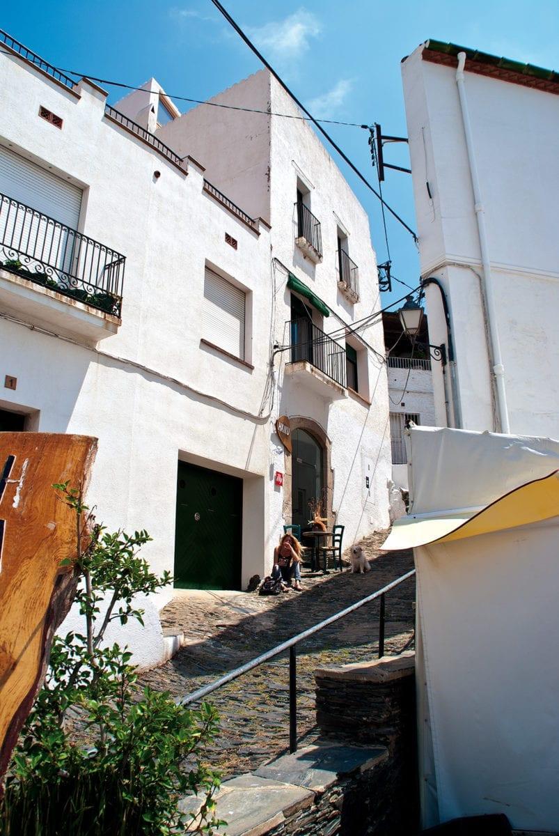 Eine Gasse zwischen den weißen Häusern von Cadaqués