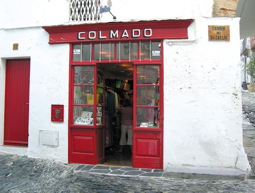 rot gestrichener Laden in Cadaques