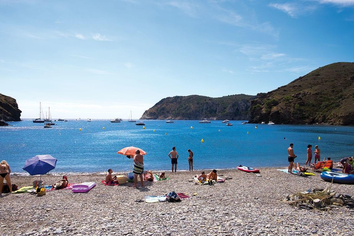 Badende am Strand von Cala Joncols