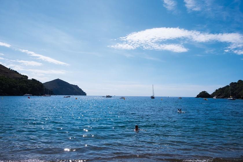 Boote in der Bucht Cala Montjoi