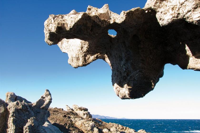 Eine Skulptur aus Felsen direkt über dem Meer