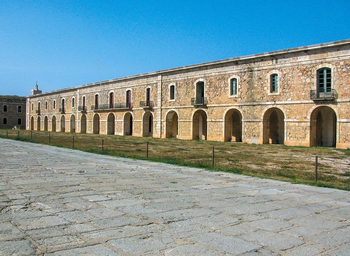 Die Fassade der Kaserne