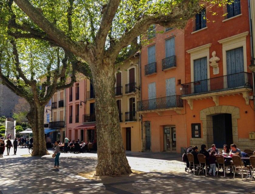 Ein belebter Platz in Collioure.