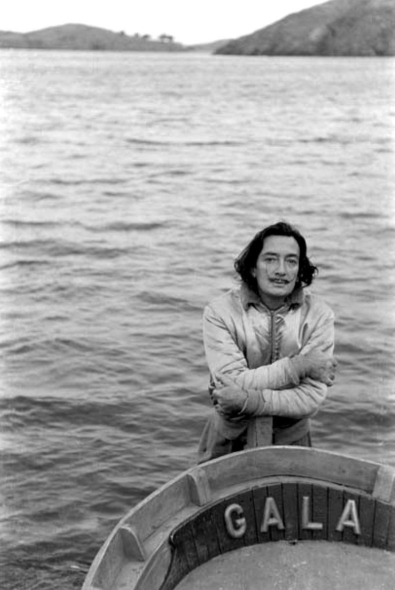 Dalí vor seinem Haus in Portlligat.