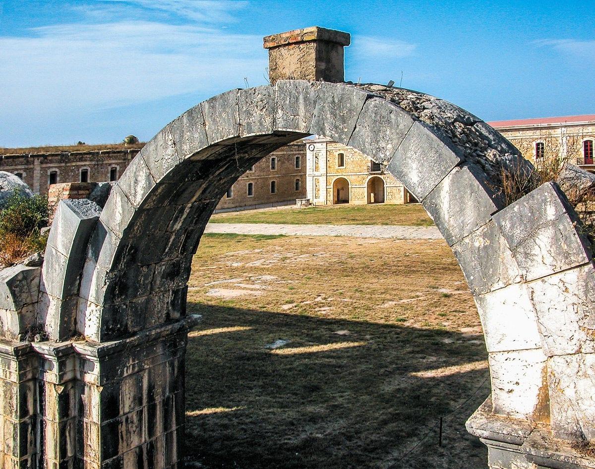 Festung Sant Ferran Torbogen