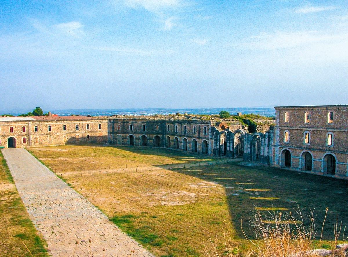 Festung Sant Ferran Kasernen Innenhof