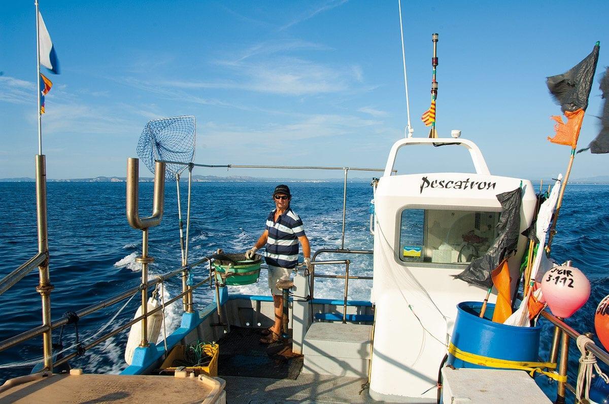 Der Fischer auf seinem Fischerboot