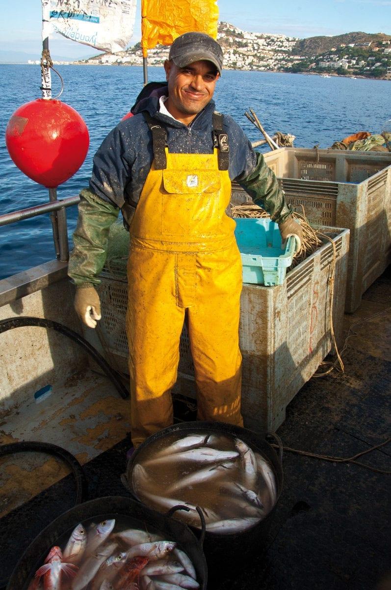 Fischer mit seinem Fang an Deck