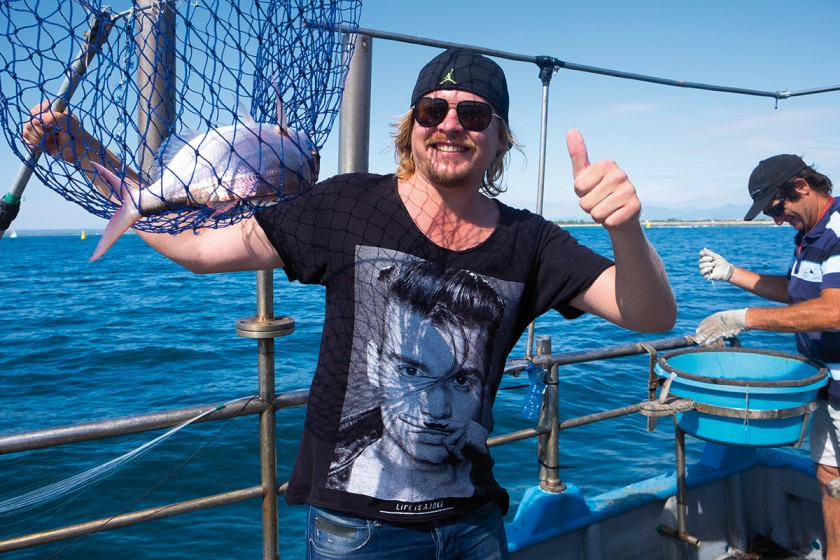 Wir unterstützen den Fischer bei seiner Arbeit