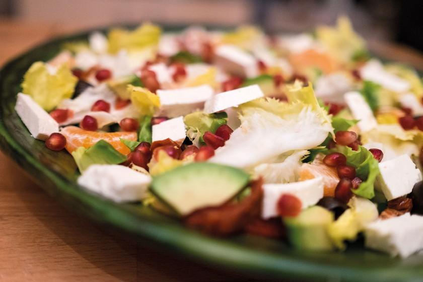 Salat mit frischen Zutaten vom Markt