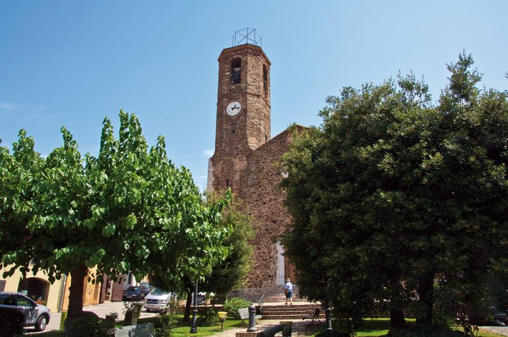 Die monumentale Kirche von Garriguella.