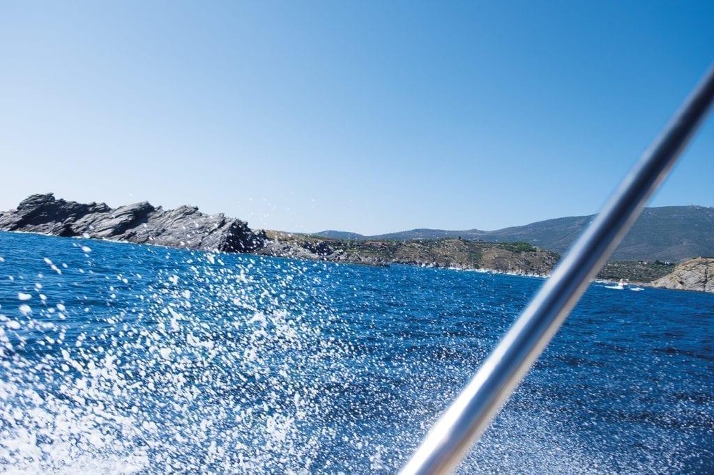 Gischt bei Bootstour an der Costa Brava