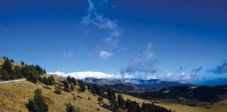 Auf den Pyrenäen liegt noch Schnee, das Tal hingegen stellt sich schon auf den Frühling ein.