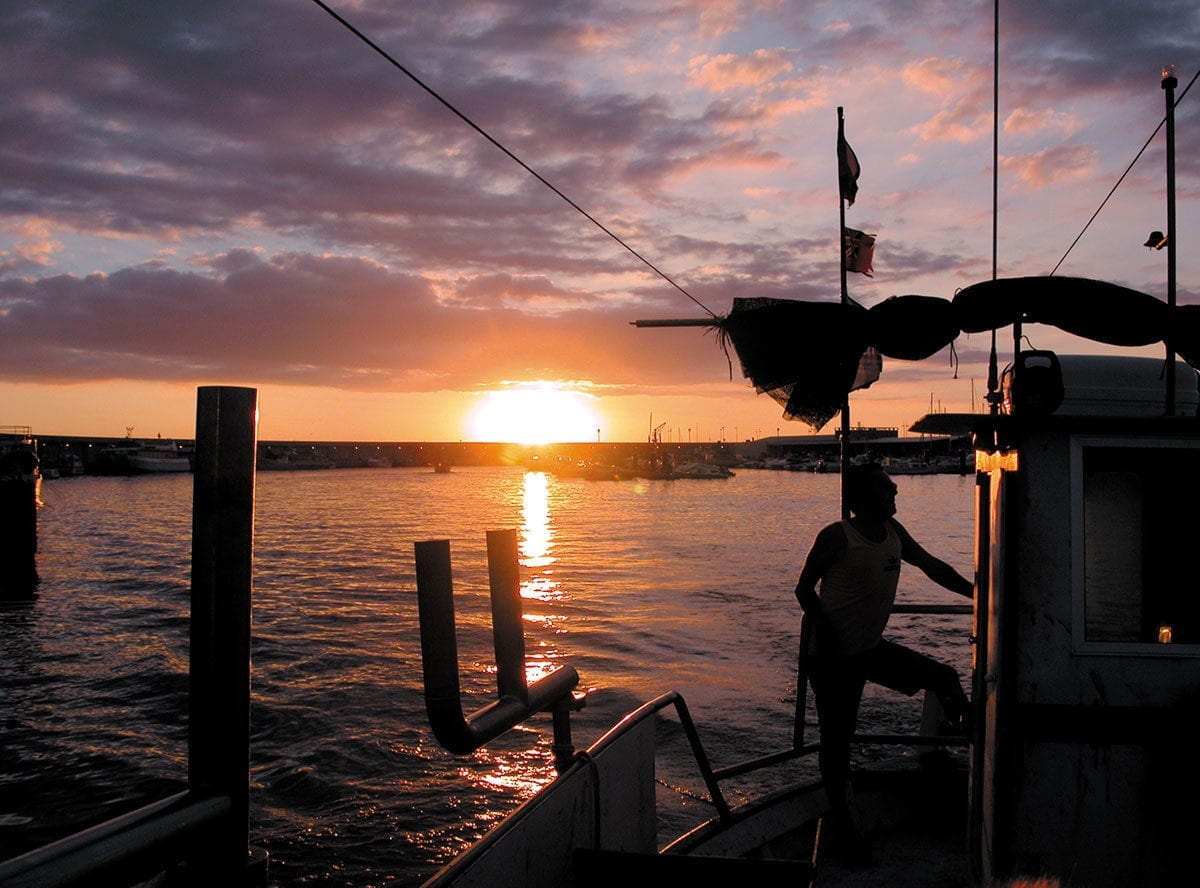 Sonne geht über der Bucht von L'Escala unter