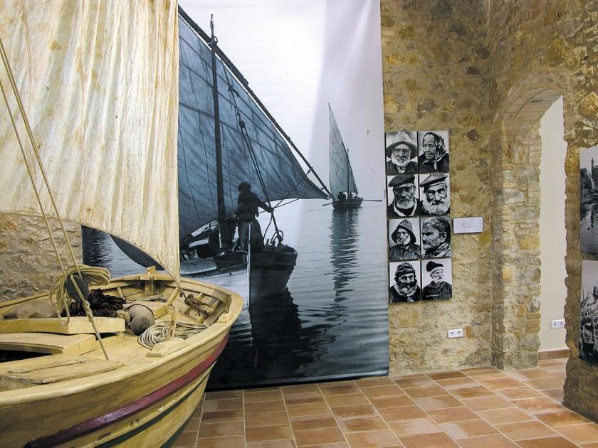 ein altes Fischerboot im Museum