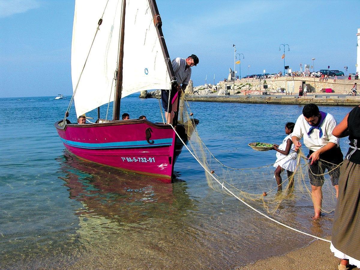 Fischerboot wird an Land gezogen