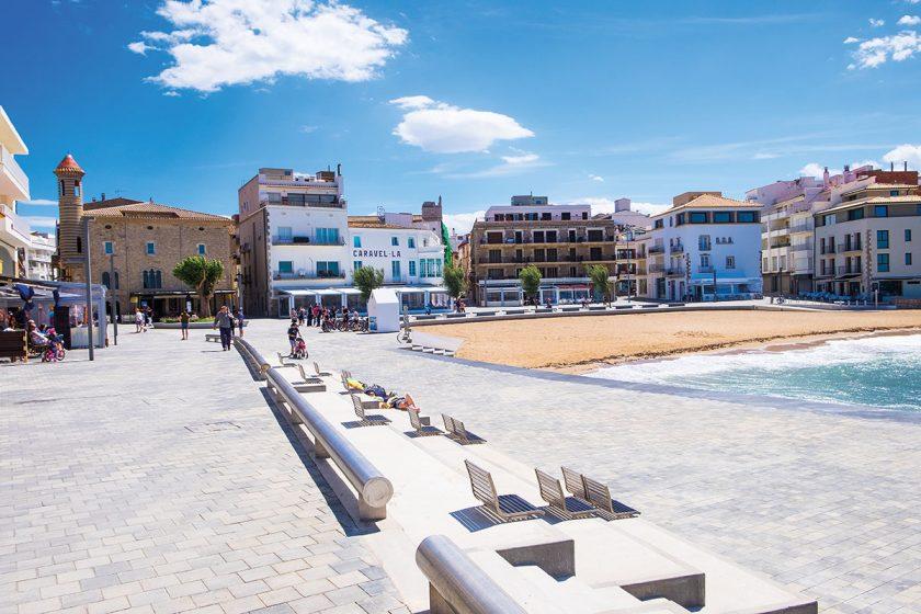 Strand am Mittelmeer im Ortskern von L' Escala