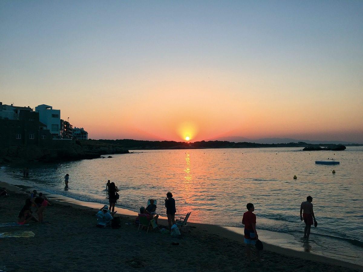 Die Sonne geht unter an Der Bucht von L'Escala